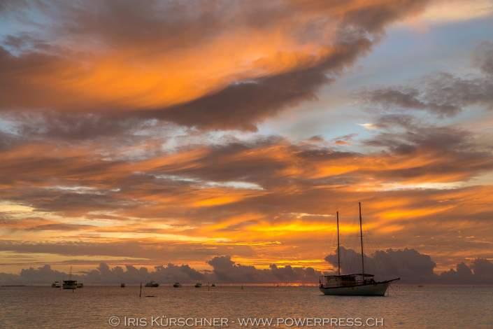 Sonnenuntergang und Segeboot, Meeru Island Resort, Meerufenfushi, Nord-Male-Atoll, Malediven