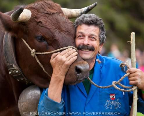 Bauer Heinz Kobel mit Eringer Kuh 'Elan', Grindelwald, Berner Oberland, Schweiz